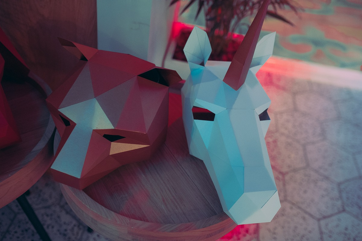 Полигональные маски медведя и единорога